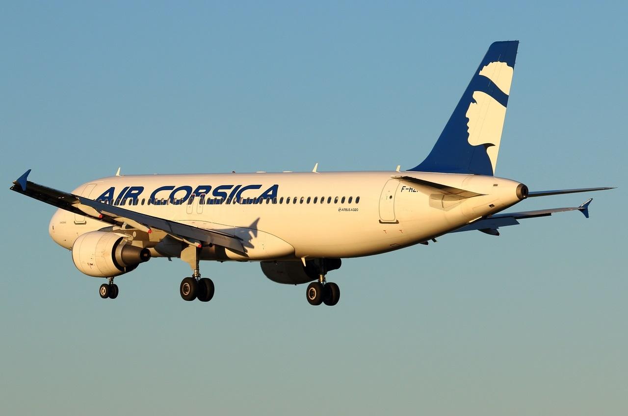 Airbus A320 Air Corsica заходит на посадку