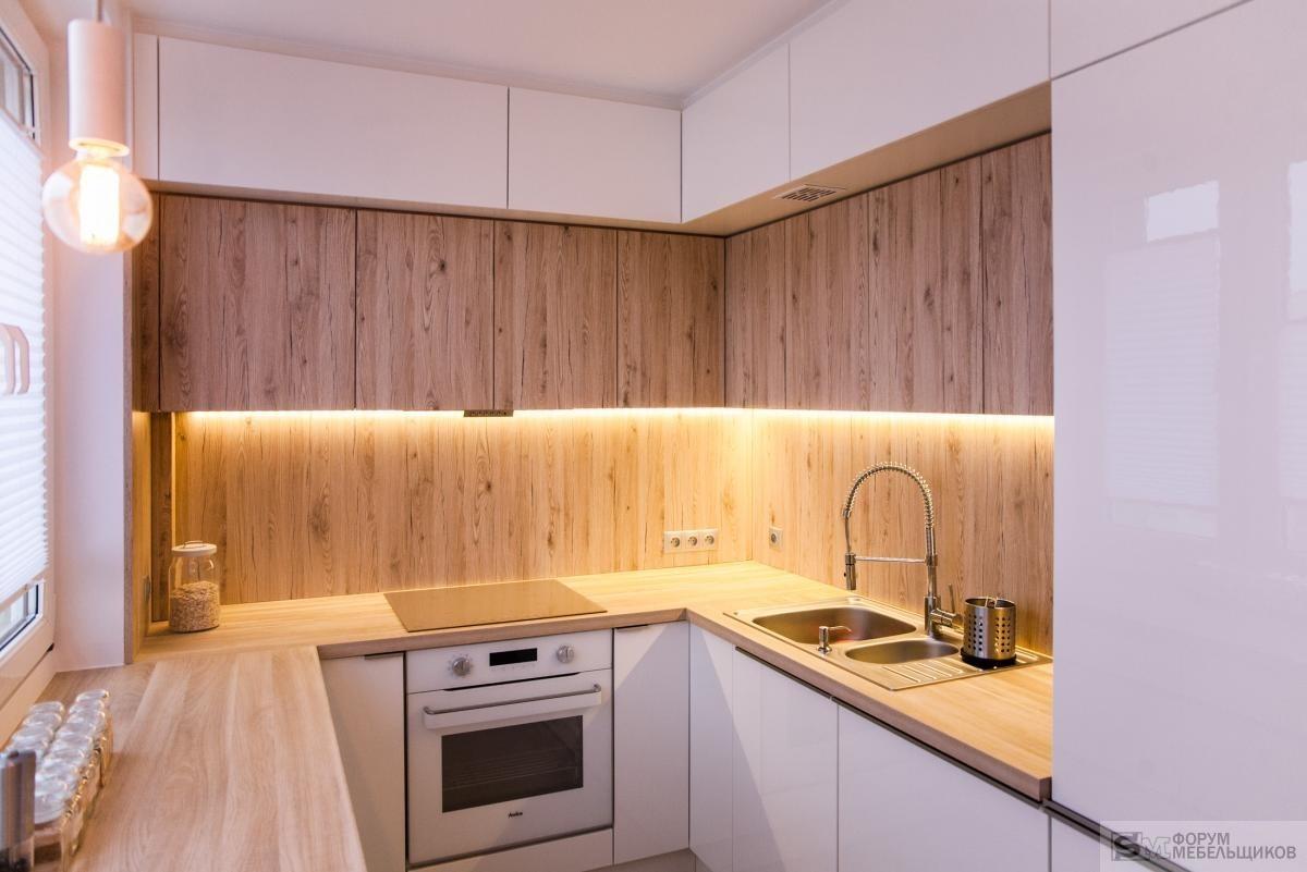 Под потолком сделано все просто - верхний уровень отстоит от потолка на около 4см, по месту вырезаем заглушки с обыкновенной ламинированной плиты 18мм.