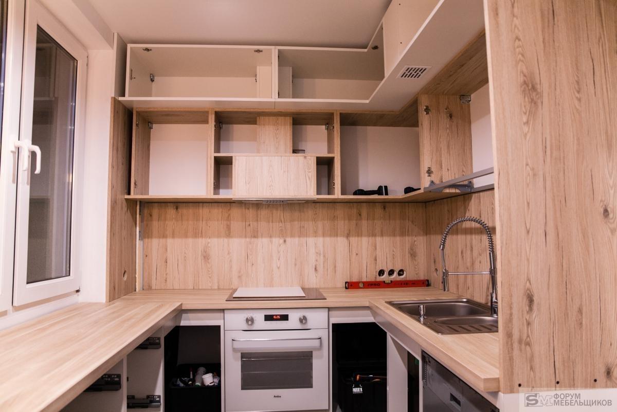 Под потолком сделано все просто — верхний уровень отстоит от потолка на около 4см, по месту вырезаем заглушки с обыкновенной ламинированной плиты 18мм.