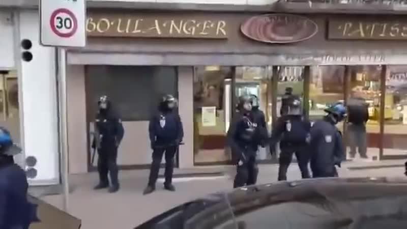 Une voiture fonce sur les Gilets Jaunes, la police laisse partir le chauffard...
