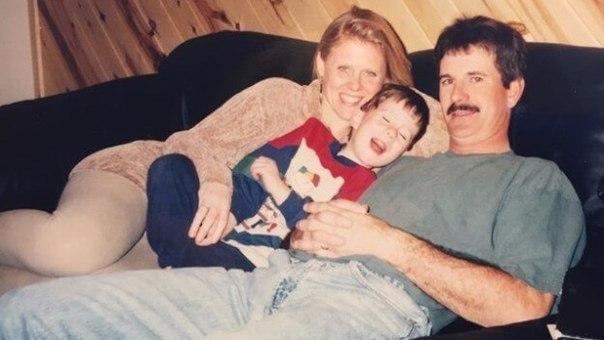 На первый взгляд обычное семейное фото , но стоит приглядеться и можно увидеть одну крохотную деталь , которая повергнет вас в ужас. Дело в том что на фото ...
