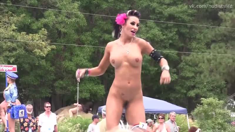 Пати нудисток. A party of nudists