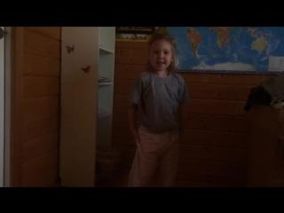 Ребенок танцует!