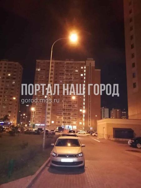Освещение во дворе на улице Ухтомского Ополчения восстановили по просьбе жителя