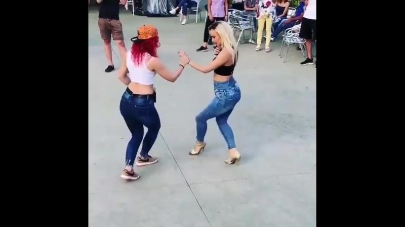 Девчата танцуют бачату