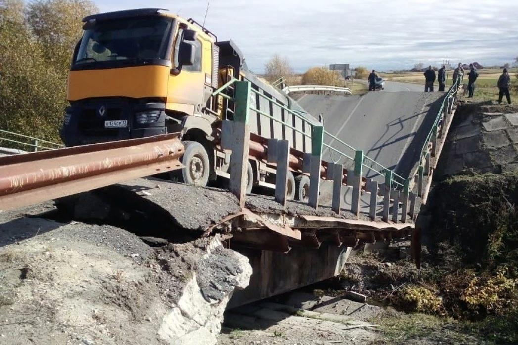 Два моста рухнули из-за перегруза