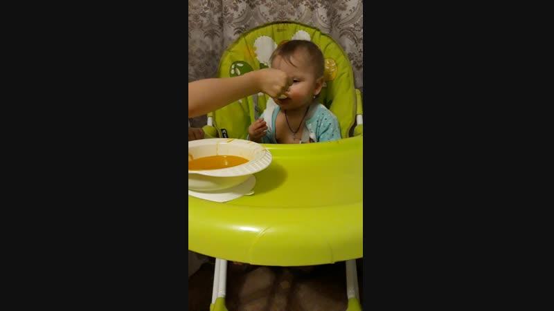 няня кормит