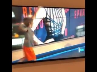 Ребенок ворвался в прямой эфир новостей и сорвал выпуск.
