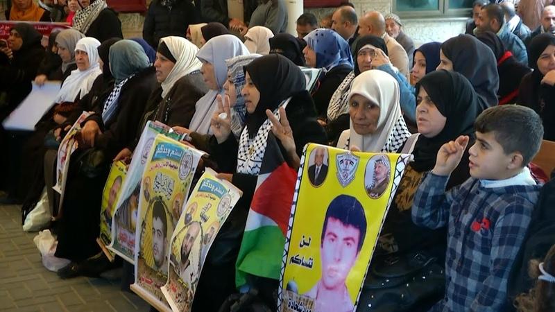 Familias de los presos palestinos protestan frente a la Cruz Roja