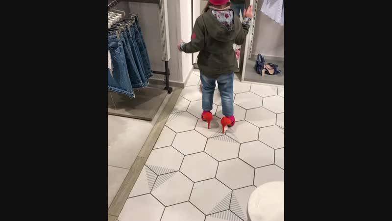Малышка примеряет туфли