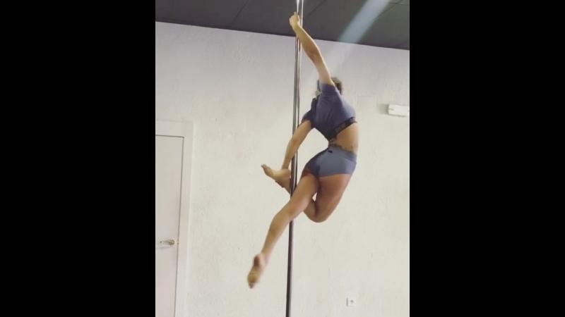 Marion Crampe pole dance