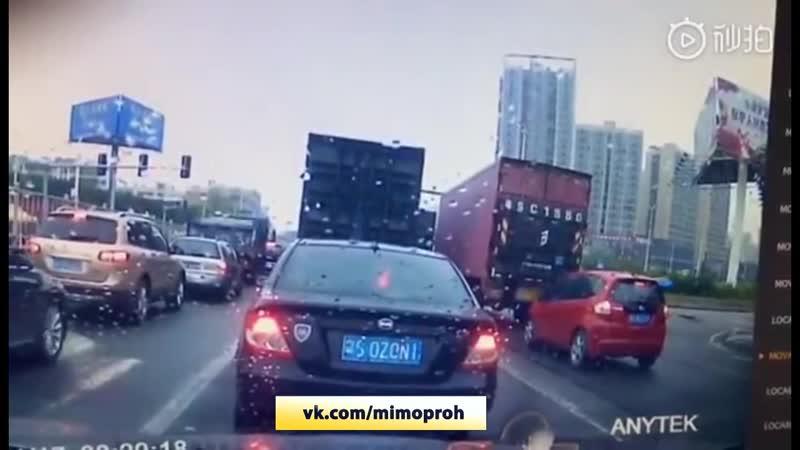 Ужасная гибель раздавлены фурой в Китае