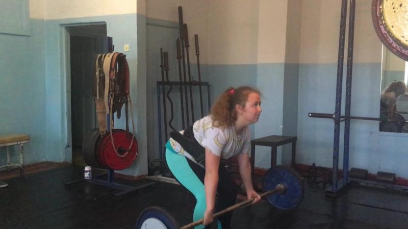 Маша отрабатывает технику в становой тяге.На штанге 50 кг.