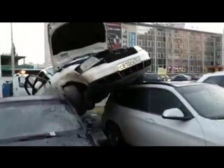 В Уфе Ауди залетел на крыши припаркованных авто 22.08.2018