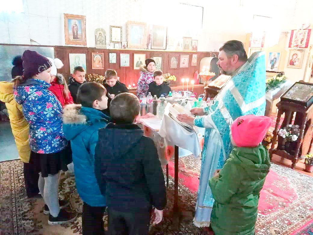 Священник  провел экскурсию для школьников в храме в честь иконы Божией Матери «Спорительница хлебов» поселка Рисового