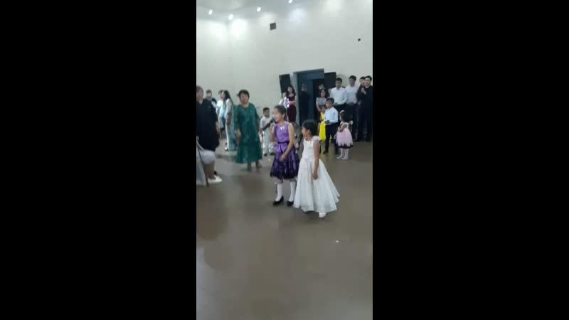 девочки поют на юбилее