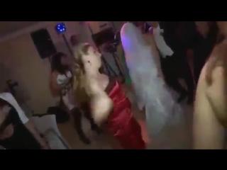 Учимся танцевать у девушки в красном платье