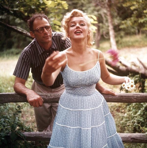 Мэрилин Монро в своём доме в Коннектикуте с мужем, 1957 г. Фото Сэм Шоу