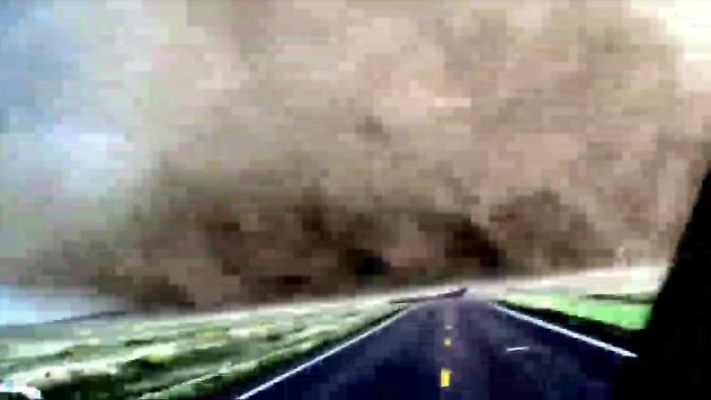 Торнадо снято на камеру очень близко. The tornado is filmed very close to the camera.(0).mp4