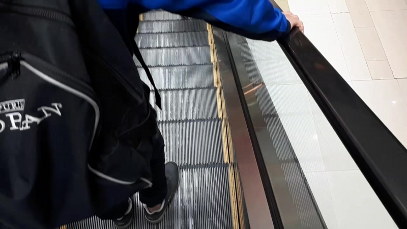 Первый раз на эскалаторе ))