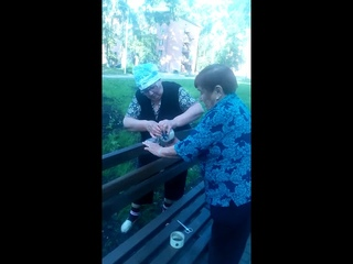Бабушки ремонтируют лавочку. Скотч против всех поломок. Суровый Новокузнецк )