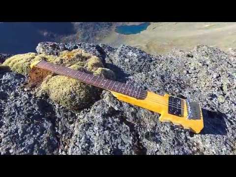 Самодельная гитара в горах.