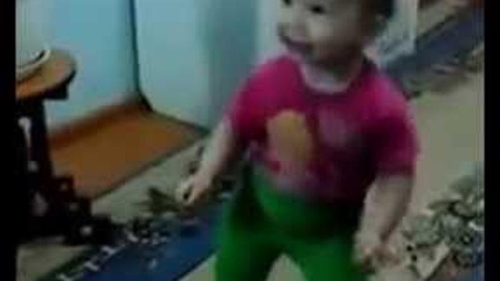 Я - Мишка гумми бер. Девочка очаровательно танцует