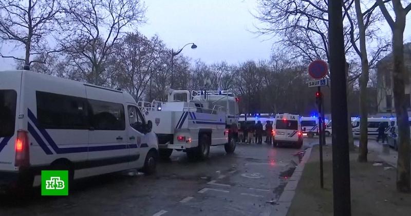 На десятой акции желтых жилетов во Франции задержали больше сотни человек