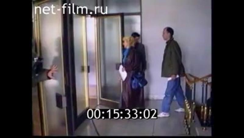 Сажи Умалатова поднимается по лестнице и проходит в коридор.
