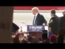 Выкрик из толпы испугал президента США Дональда Трампа