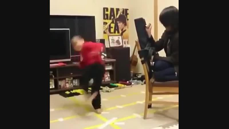 Малыш отрабатывает удары