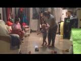 танцует с мамой и бабушкой Таней