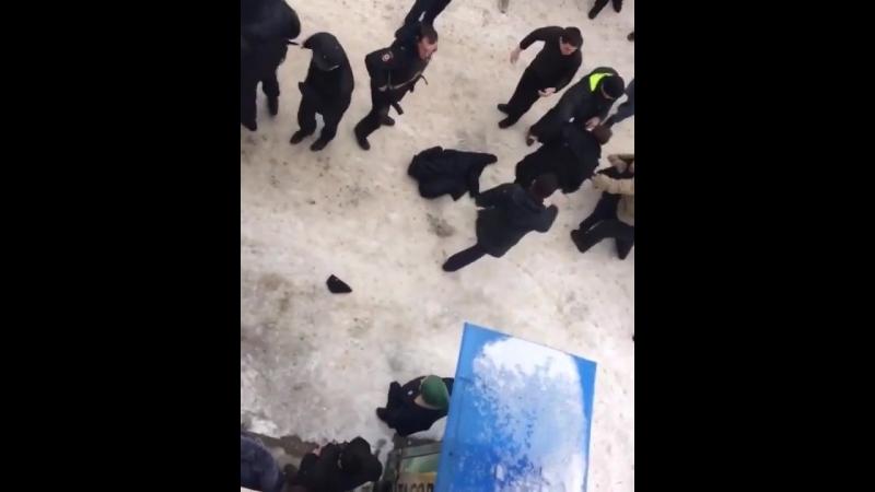 бьют наряд полиции