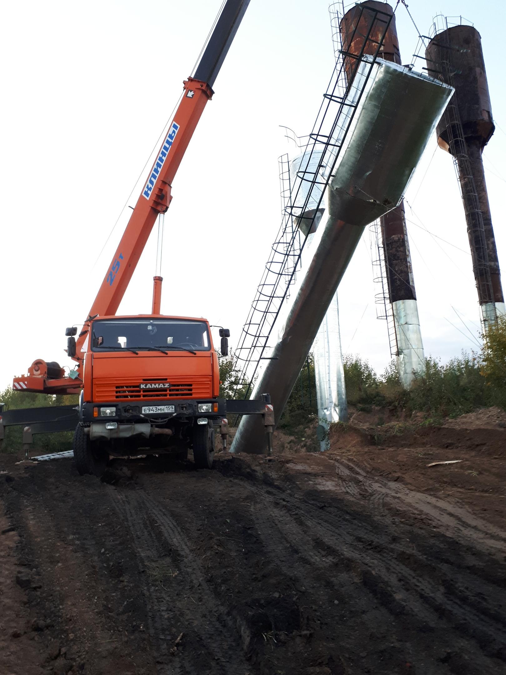 Процесс установки новых водонапорных башен.