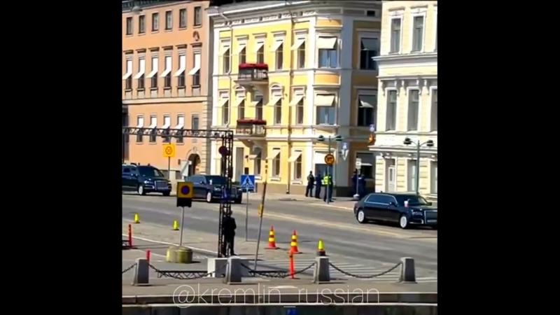 Владимир Путин едет к Трампу по Хельсинки: В кортеже уже два лимузина «Кортеж», микроавтобус и седаны.