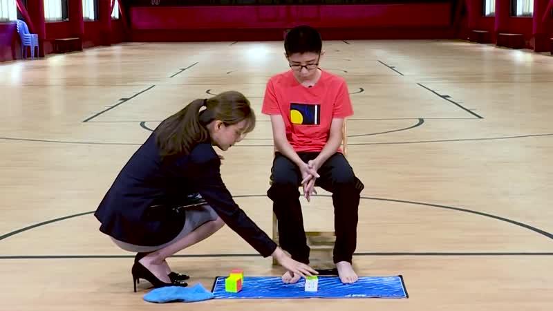 13-летний школьник установил новый мировой рекорд, одновременно собрав 3 кубика Рубика
