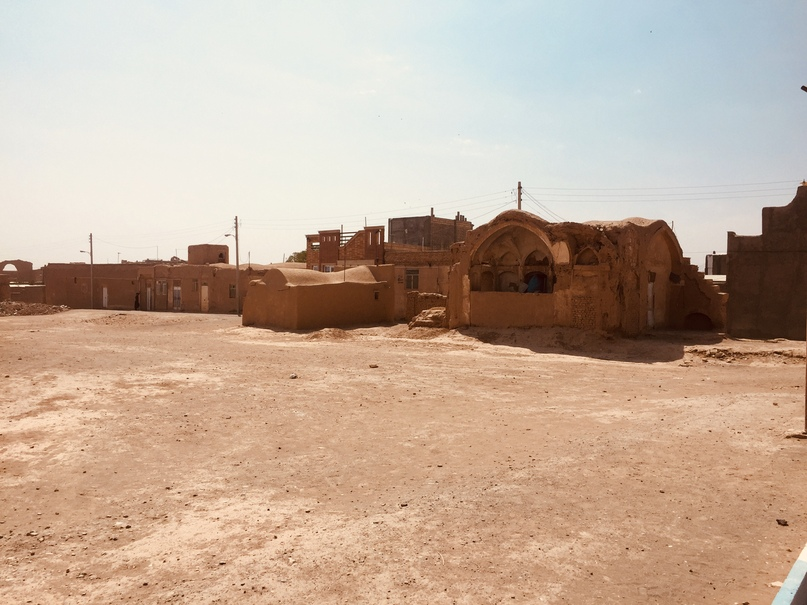 В некоторых местах Noush Abad выглядит запустевшим