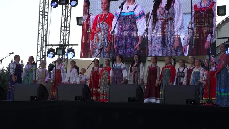 Выступление ансамбля Родничок на праздновании дня города Саратова песня Аленький. ты на цветок