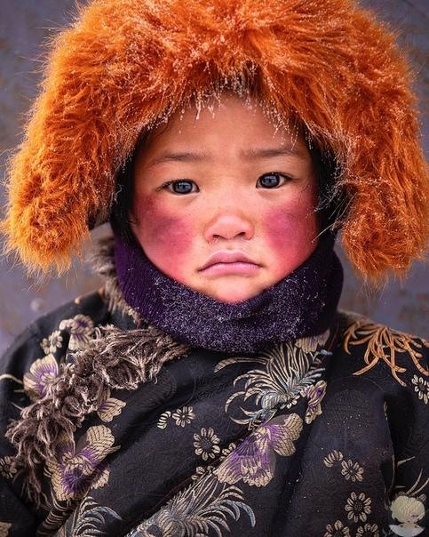 Маленький воспитанник монастыря в районе Сычуань (Китай)