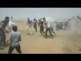 Дымовая граната попадает палестинцу в лицо.