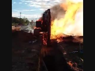 Экскаватор горит во время вскрытии пробил газовую трубу