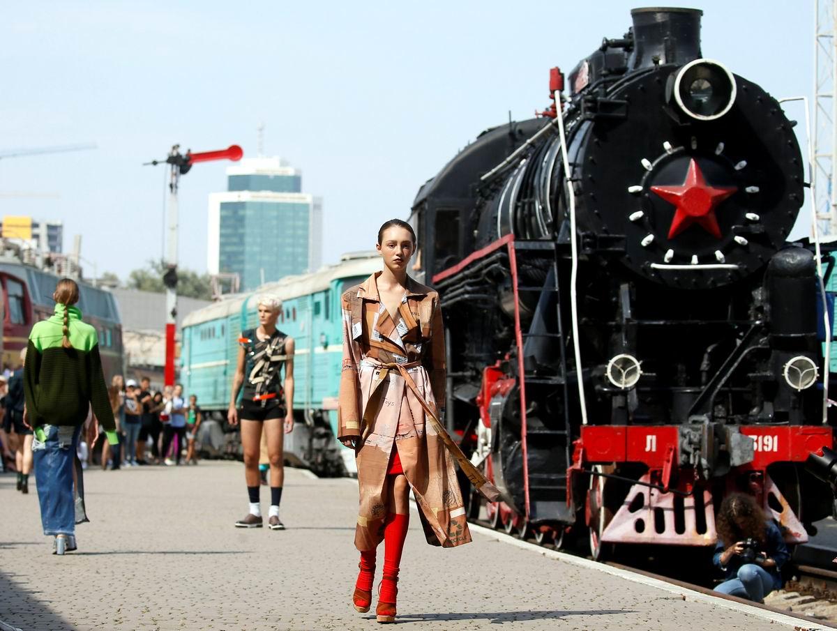 Девушка и паровоз: Железнодорожный перрон вместо подиума для показа мод