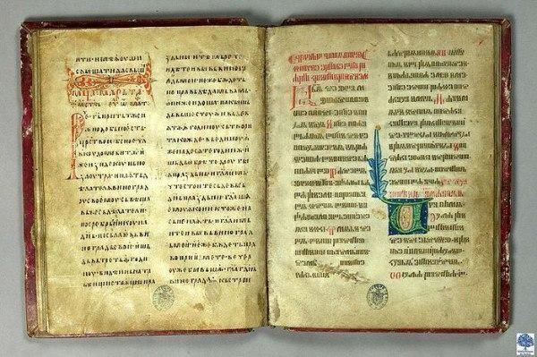 На какой книге французские короли давали присягу Ответ на этот вопрос удивителен — присяга давалась на Реймсской библии (Texte du sacre), которая была написана двумя видами славянской