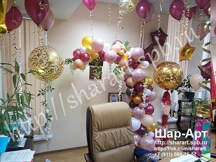 большие шары с золотыми конфетти и кисточками , большие шары конфетти с цветами на юбилей