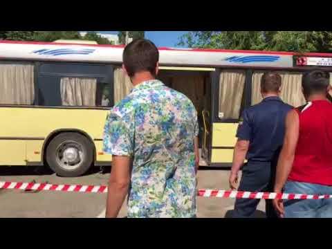 На Набережной Космонавтов спасатели достают автобус