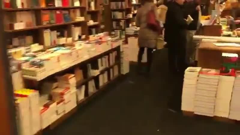 Non mais regardez moi la queue devant la librairie pour se faire signer un autographe par Hollande