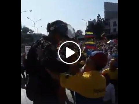 Венесуэла ликует, полиция поддержала протестующих и ушла с митинга.