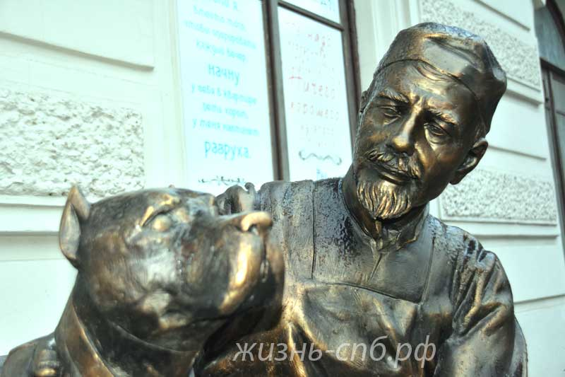 Памятник профессору Преображенскому и Шарику на Моховой улице в Санкт-Петербурге