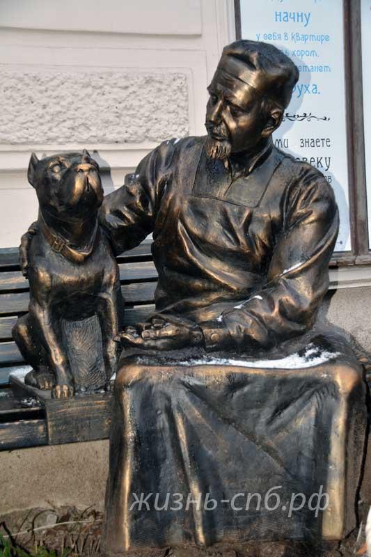 Памятник профессору Преображенскому на Моховой улице в Санкт-Петербурге