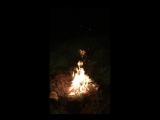 Рыжая ведьма в лесу потрошит дрова и прыгает через костер